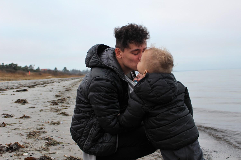 5-milan-og-far-kysser