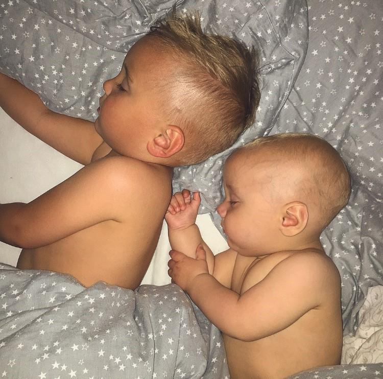 milan-og-elliot-samsovning-twins